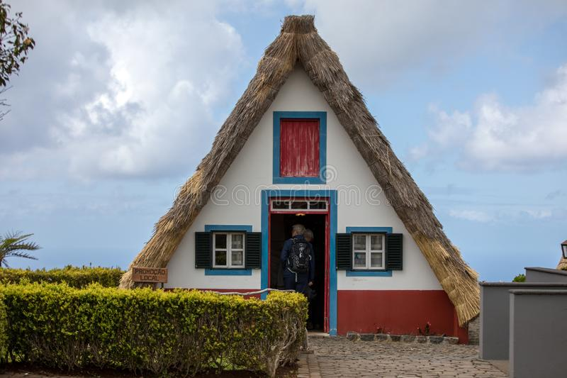 Casa rural tradicional em Santana na ilha de Madeira, Portugal imagens de stock royalty free