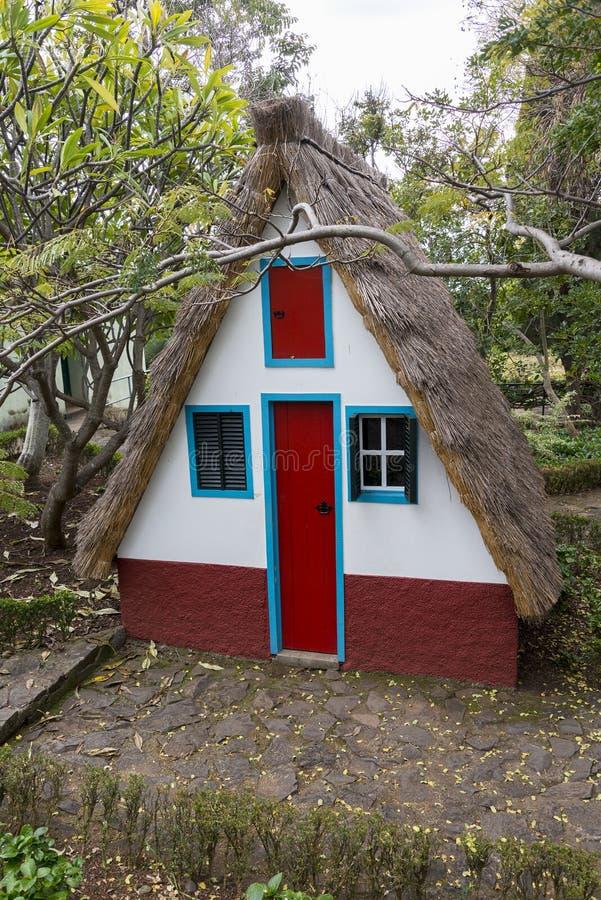 Casa rural tradicional en Santana Madeira fotografía de archivo