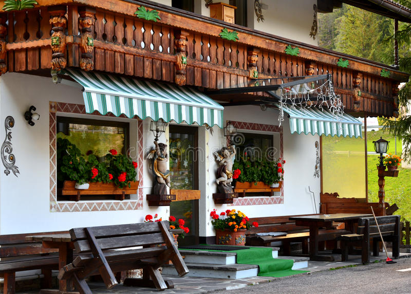 Casa rurale in alpi italiane immagine stock