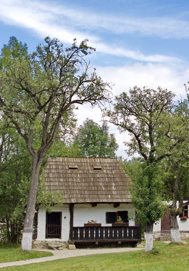 Casa rurale tradizionale nel museo dell'aria aperta, crusca, Romania fotografia stock libera da diritti
