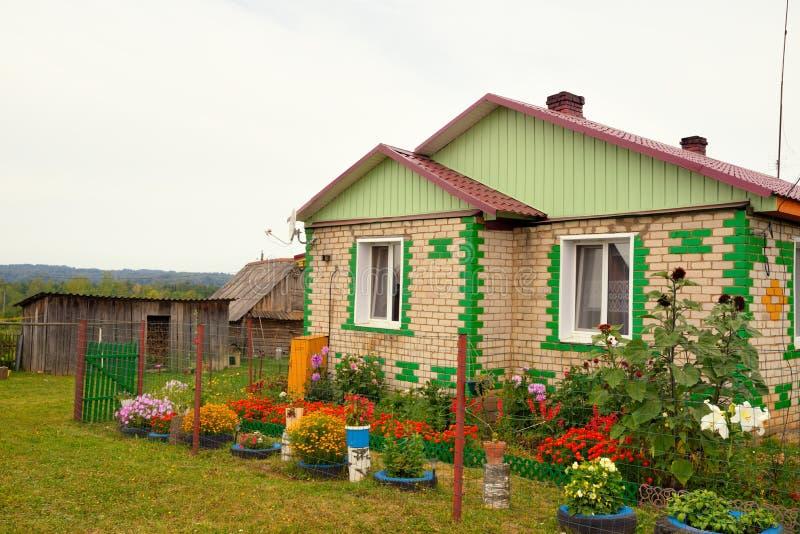 casa rusa t pica del pueblo en el campo imagen de archivo imagen de nube c sped 43299787. Black Bedroom Furniture Sets. Home Design Ideas