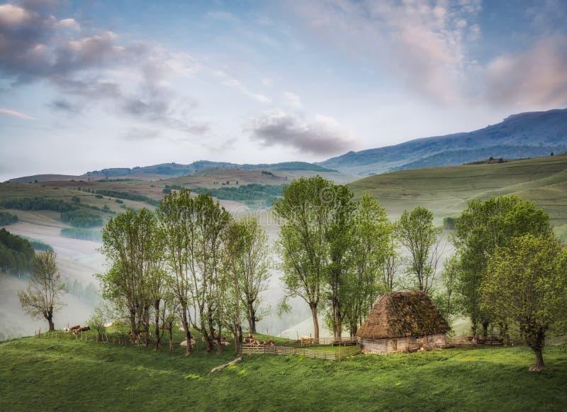 Casa rustica con bello paesaggio - nelle prime ore del mattino fotografia stock libera da diritti