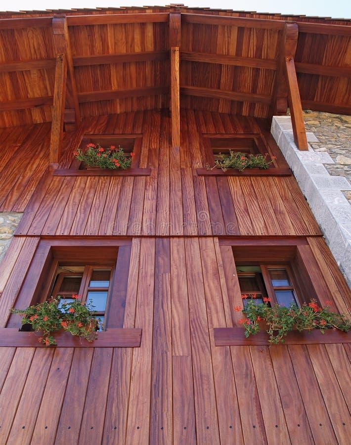 Casa rustica con la facciata di legno immagine stock for Piani di casa vacanza rustica