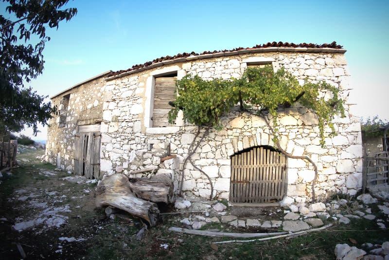 Casa rustica della pietra del villaggio immagine stock for Foto di decorazione della casa del cottage