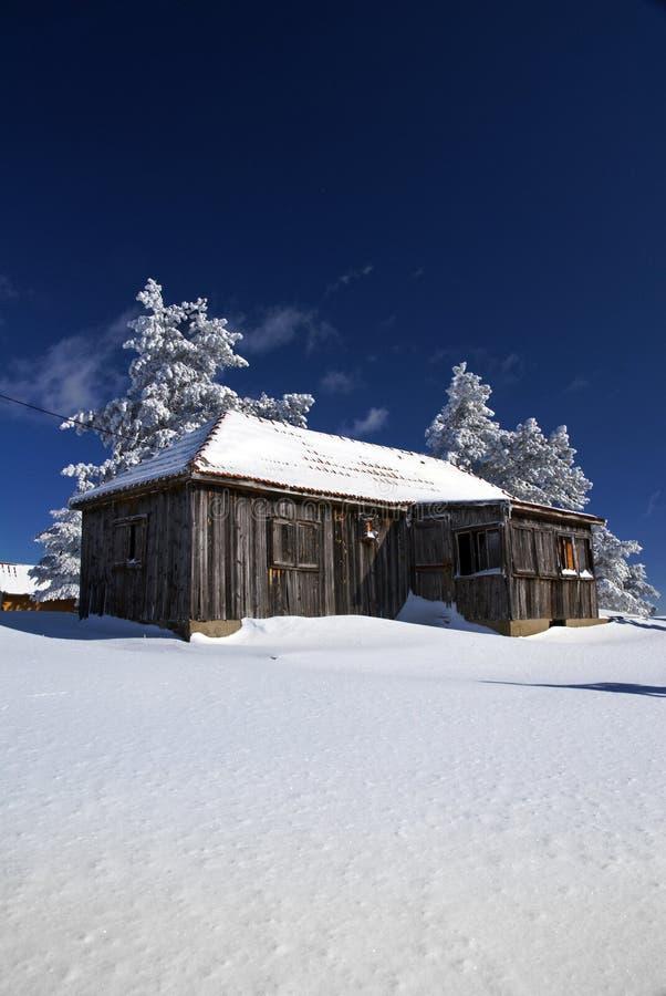 Casa rustica in neve fotografie stock libere da diritti