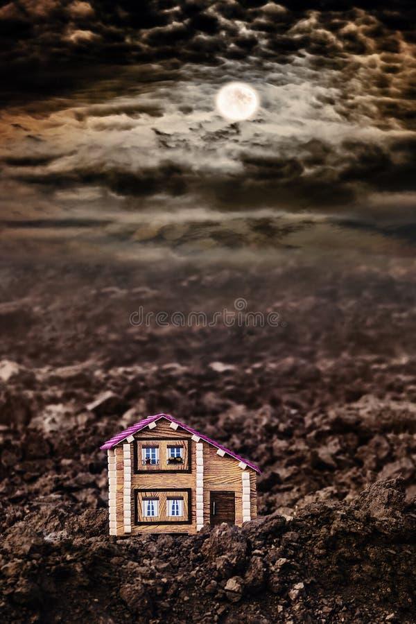 Casa só em um campo na noite enluarada Vida fora da civilização Desenvolvimento de terras novas O primeiro building_ novo imagens de stock