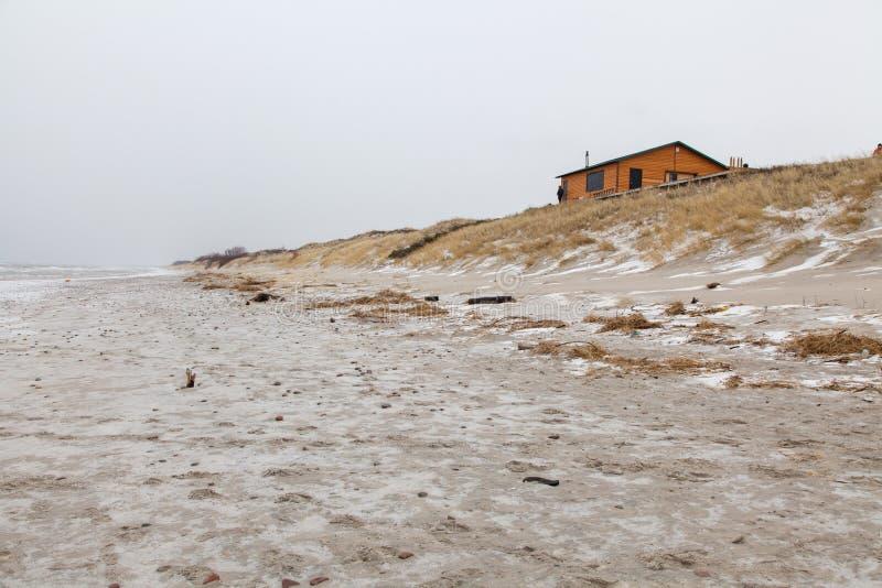 Casa só na costa de mar fotografia de stock