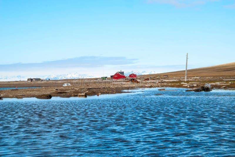 Casa só na costa perto de Longyearbyen, Svalbard foto de stock royalty free