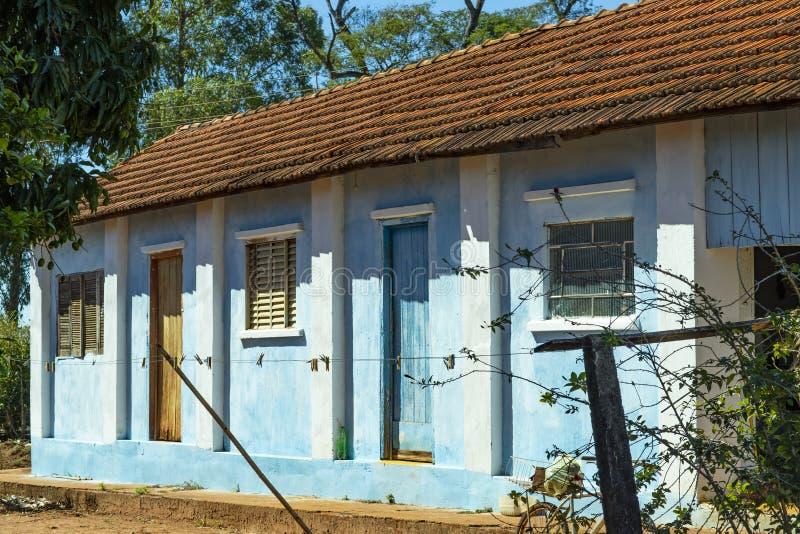 Casa semplice dell'azienda agricola Casa con mattoni a vista, tetto rosso, azienda agricola rossa della terra, Brasile immagine stock