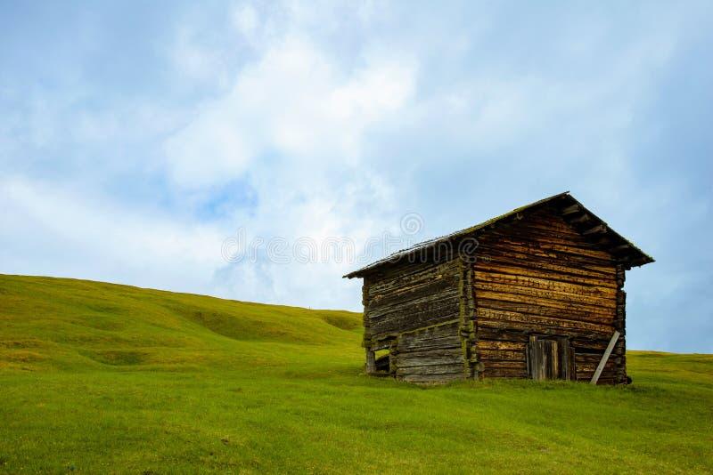 Casa separada en las montañas fotografía de archivo libre de regalías