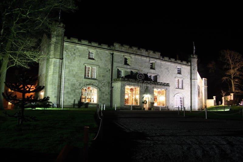 Casa signorile illuminata alla notte fotografia stock libera da diritti