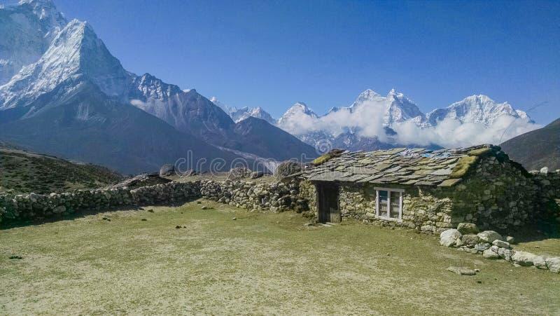 Casa simple del ladrillo en cordillera de Himalaya fotos de archivo libres de regalías