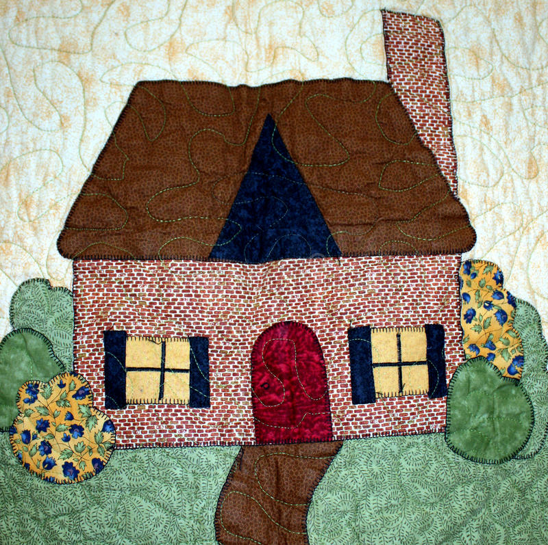 Casa simples em um quilt imagem de stock