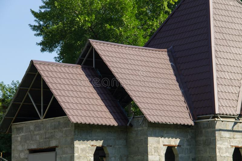 Casa sob a construção Detalhe de telhas de telhado de sobreposição foto de stock