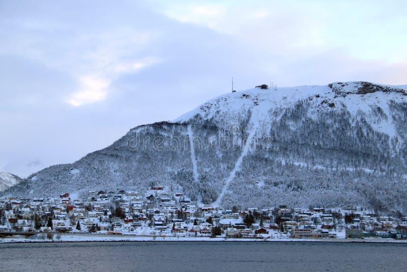 Casa sob a montanha em Tromso fotos de stock royalty free