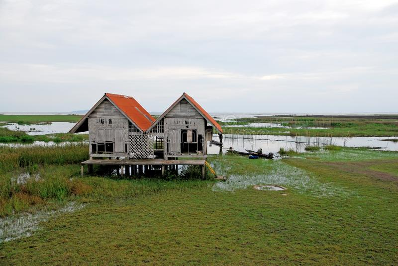 Casa sola en el lago fotos de archivo libres de regalías