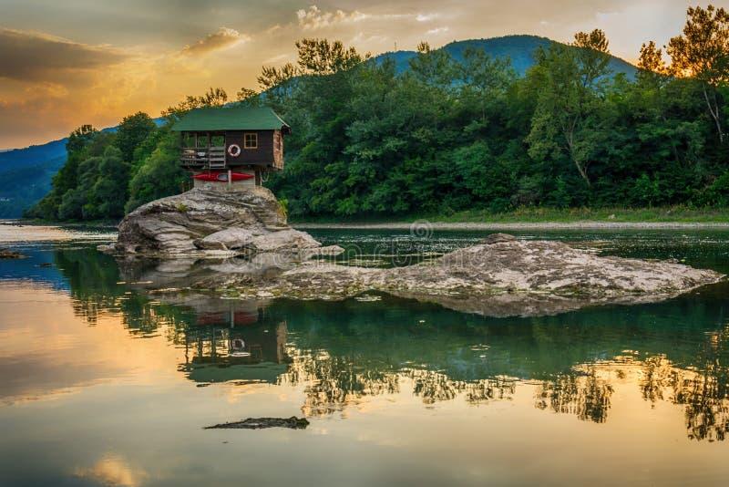 Casa sola en el río Drina en Bajina Basta, Serbia imágenes de archivo libres de regalías