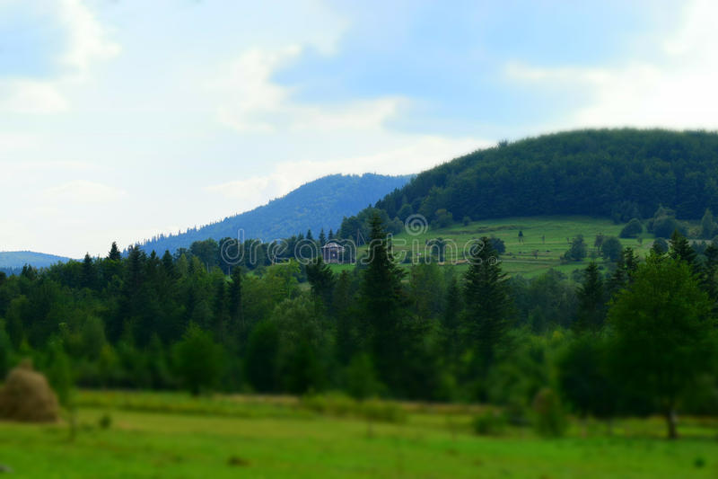 Casa sola en una colina imagenes de archivo