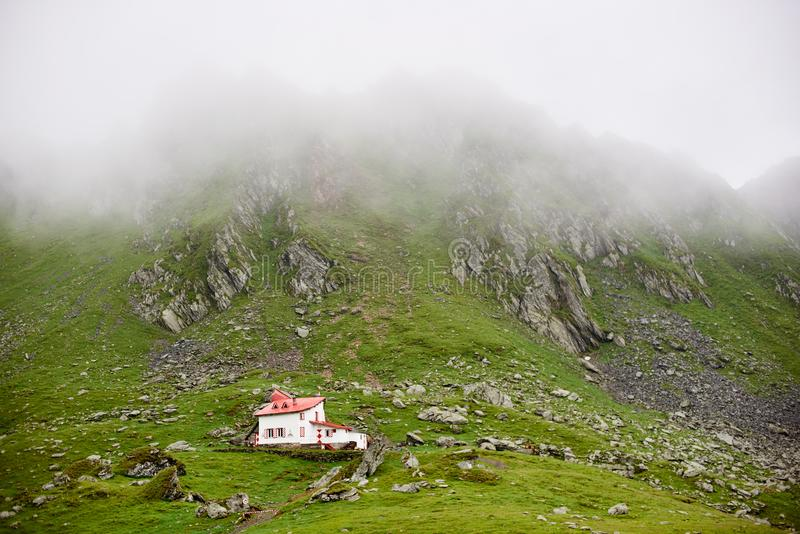 Casa sola nelle montagne di Fagaras della valle, Romania, Europa fotografie stock
