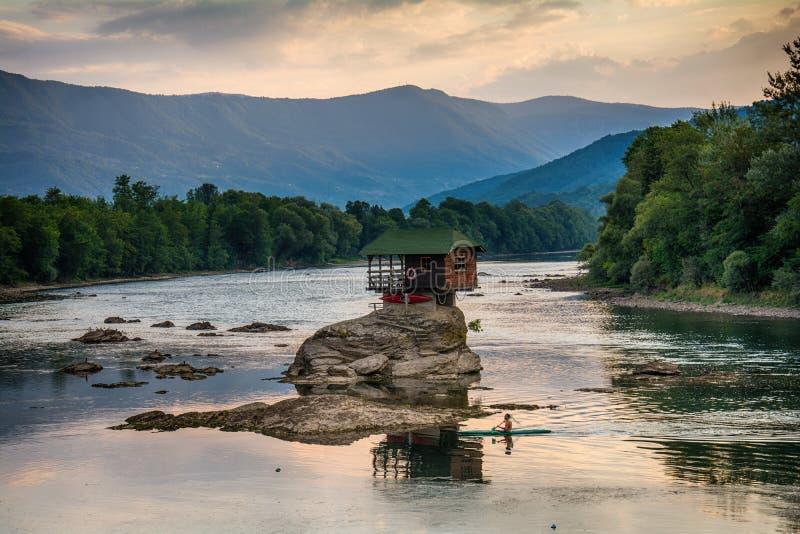 Casa sola sul fiume Drina in Bajina Basta, Serbia fotografie stock