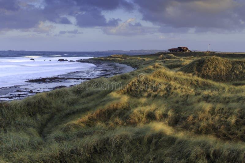 Casa sozinha na praia fotografia de stock royalty free