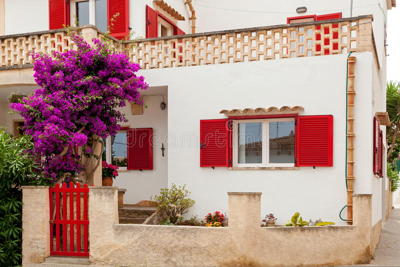 casa spagnola Bianco-rossa immagini stock libere da diritti