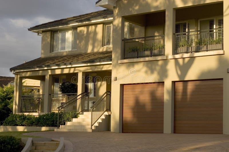 Casa suburbana all'indicatore luminoso di mattina fotografie stock libere da diritti