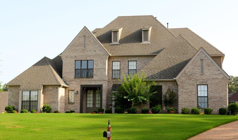 Casa suburbana bonita de Tan Brick e do estuque fotos de stock