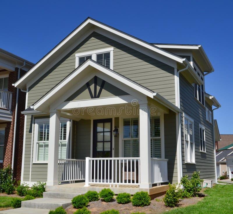 Casa suburbana brandnew do sonho americano de Capecod foto de stock royalty free