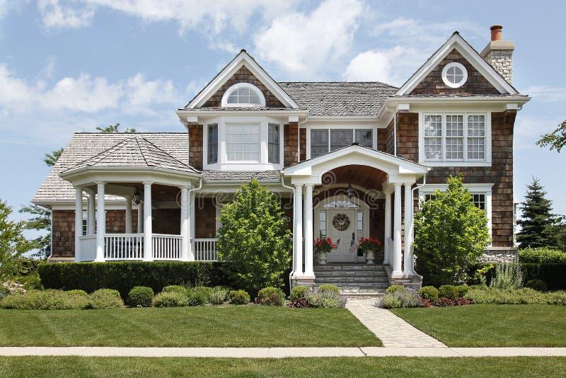 Casa suburbana con le colonne bianche fotografia stock