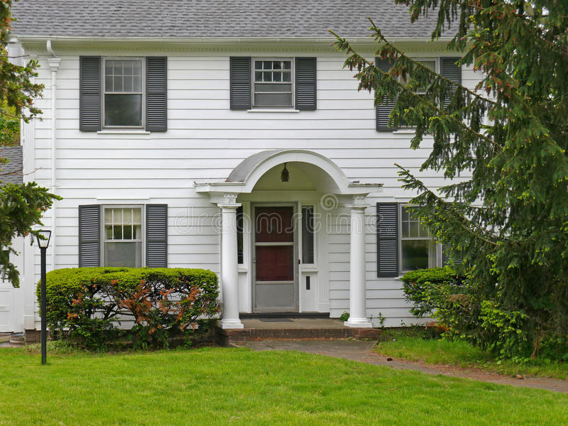 Casa suburbana da classe média fotografia de stock