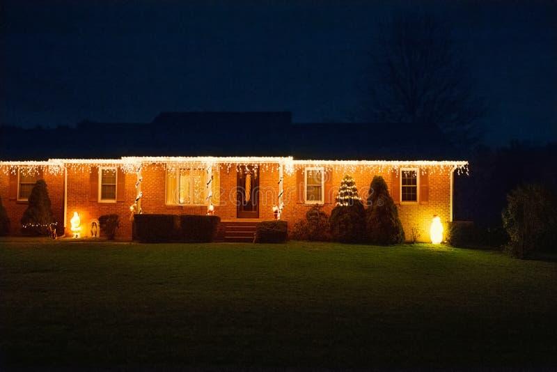 Casa suburbana decorada com luzes para o Natal foto de stock royalty free