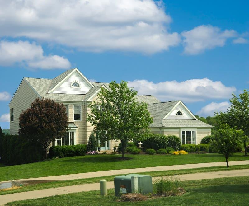 Casa suburbana del mattone fotografie stock libere da diritti