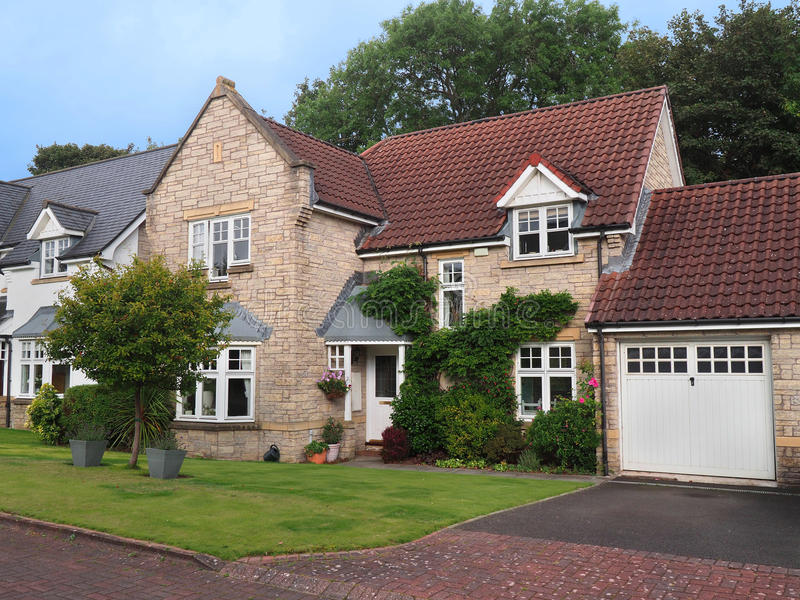 Casa suburbana destacada fotografia de stock royalty free