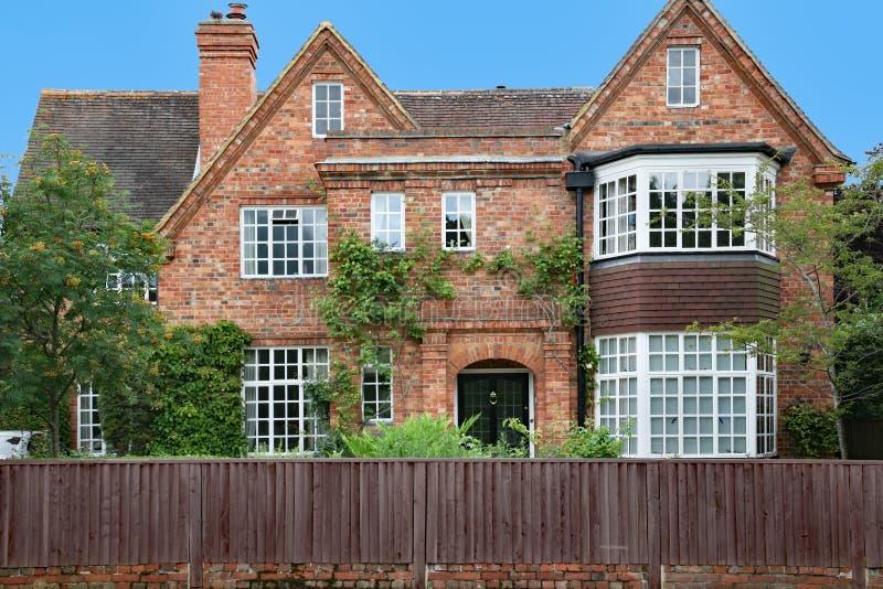 Casa suburbana do grande tijolo com frontões imagem de stock royalty free
