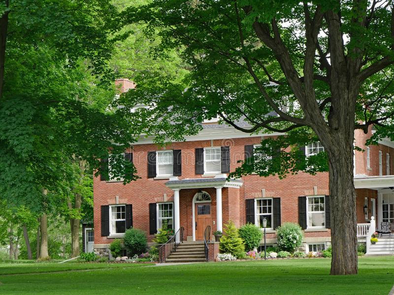 Casa suburbana do grande tijolo de duas hist?rias fotografia de stock royalty free