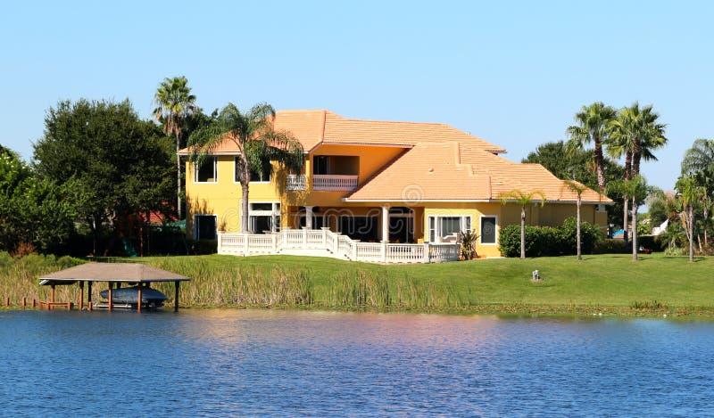 Casa suburbana elegante no lago imagem de stock