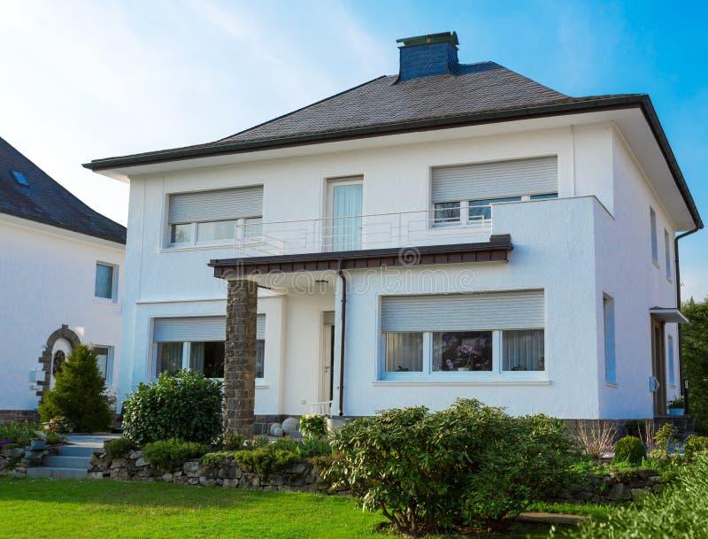 Casa suburbana europea immagini stock