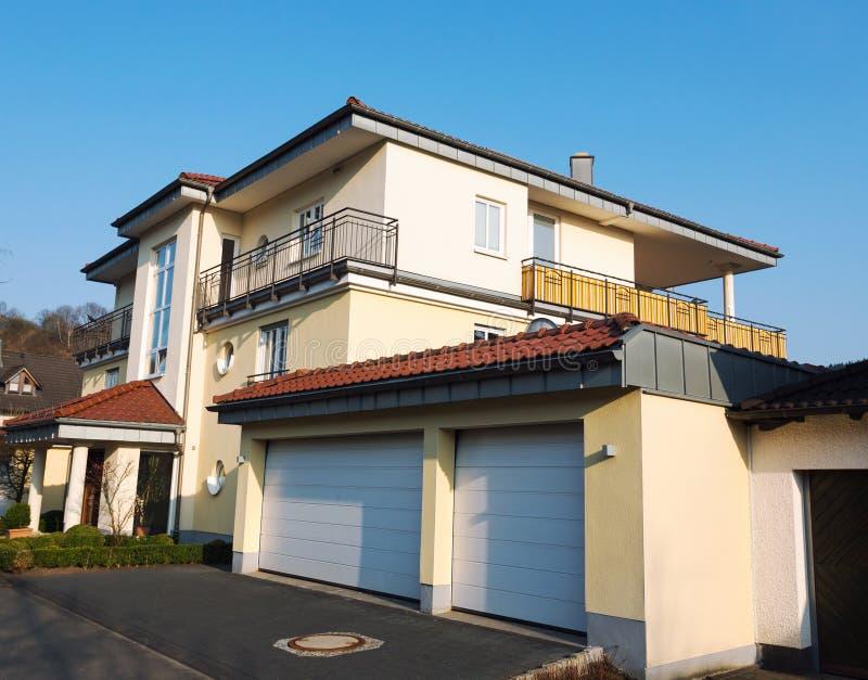 Casa suburbana europea immagini stock libere da diritti