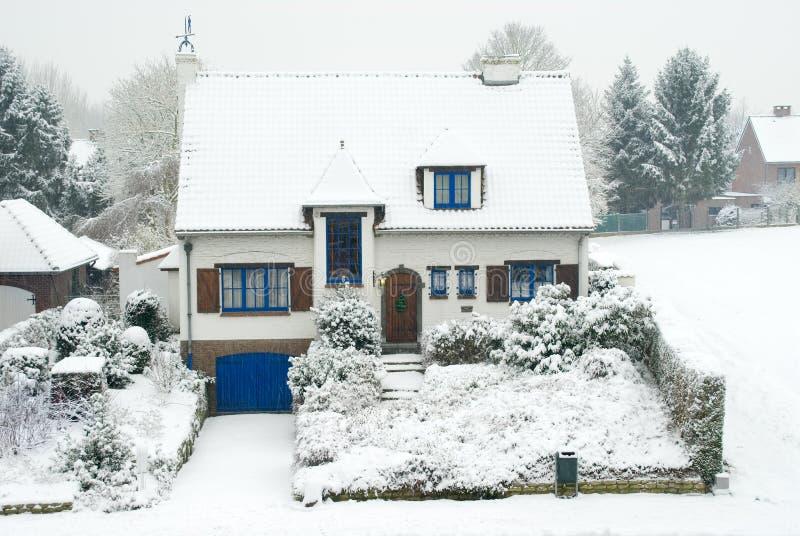 Casa suburbana in inverno fotografia stock libera da diritti