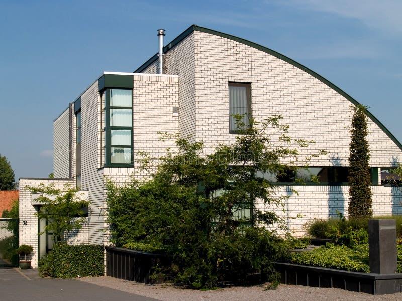Casa suburbana moderna. fotografia stock libera da diritti