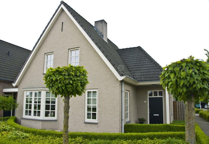 Casa suburbana moderna imagem de stock royalty free