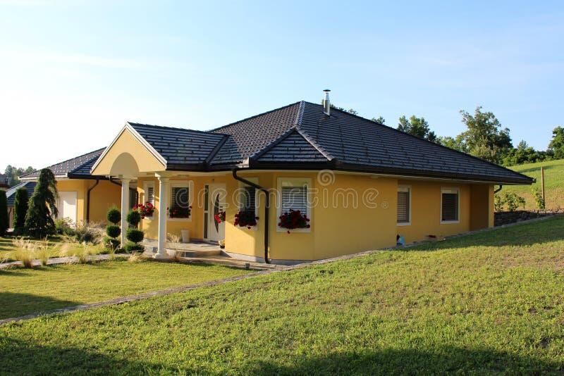 Casa suburbana moderna con area dell'erba fotografie stock libere da diritti