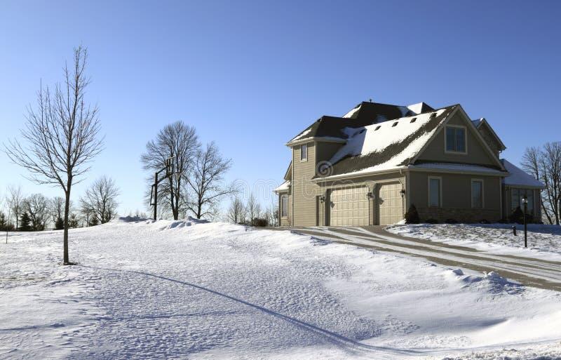 Casa suburbana in neve fotografia stock