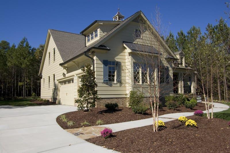 Casa suburbana nova para a venda imagens de stock