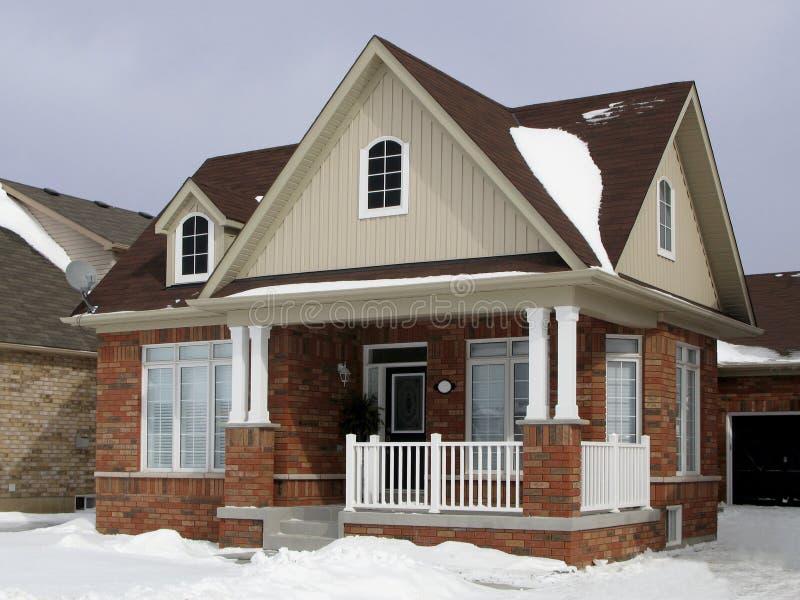 Casa suburbana pequena foto de stock royalty free