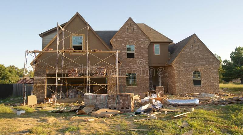 Casa suburbana que está sendo pavimentada com tijolo e almofariz imagem de stock royalty free