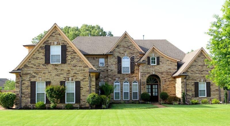 Casa suburbana unicamente bella del ceto medio fotografia stock