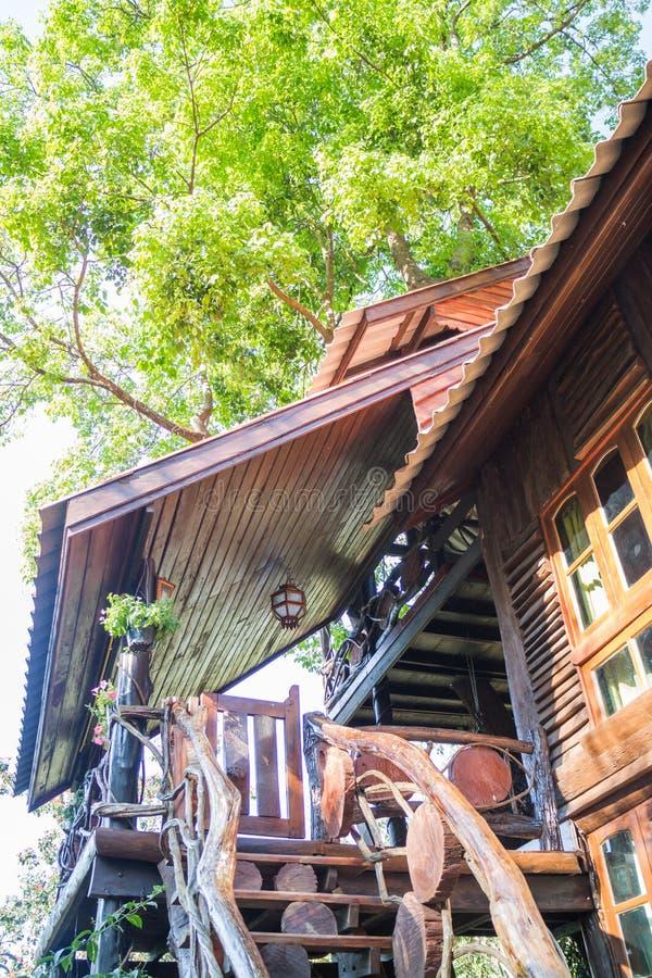 Casa Sull\'albero Di Legno Tropicale Nella Località Di Soggiorno ...