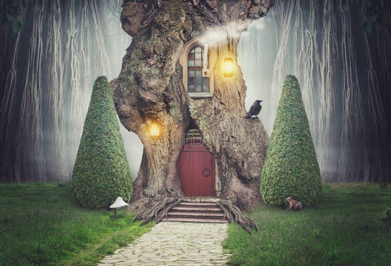 Casa sull'albero leggiadramente nella foresta di fantasia illustrazione di stock
